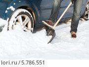 Купить «Человек расчищает снег лопатой рядом с автомобилем», фото № 5786551, снято 16 января 2014 г. (c) Syda Productions / Фотобанк Лори