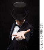 Купить «Фокусник во фраке и в цилиндре с протянутой вперед рукой», фото № 5786631, снято 12 сентября 2013 г. (c) Syda Productions / Фотобанк Лори