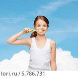 Купить «Милая девочка в белой майке чистит зубы на фоне голубого неба», фото № 5786731, снято 9 октября 2013 г. (c) Syda Productions / Фотобанк Лори