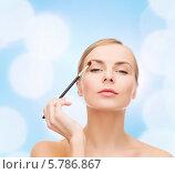 Красивая ухоженная молодая женщина с кисточкой для макияжа. Стоковое фото, фотограф Syda Productions / Фотобанк Лори