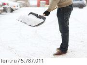 Купить «Мужчина расчищает лопатой снег с дороги», фото № 5787011, снято 16 января 2014 г. (c) Syda Productions / Фотобанк Лори