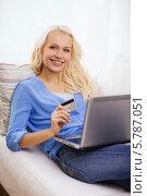 Купить «Покупки онлайн. Девушка с кредиткой перед компьютером дома», фото № 5787051, снято 6 февраля 2014 г. (c) Syda Productions / Фотобанк Лори