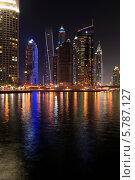 Купить «ОАЭ. Ночной Дубай. Современный городской пейзаж. Небоскребы в районе Dubai Marina на берегу залива», фото № 5787127, снято 27 февраля 2014 г. (c) Яна Королёва / Фотобанк Лори