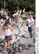 Купить «Девочка подросток фотографируется с голубем на руке», фото № 5787927, снято 19 августа 2018 г. (c) Виктория Чеканова / Фотобанк Лори