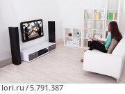 женщина сидит в гостиной и смотрит телевизор. Стоковое фото, фотограф Андрей Попов / Фотобанк Лори