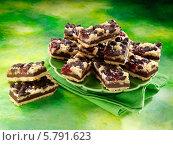 Купить «печенье с малиной и шоколадом на зеленой тарелке», фото № 5791623, снято 16 августа 2018 г. (c) Food And Drink Photos / Фотобанк Лори