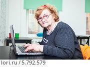 Купить «Пенсионерка в очках печатает на ноутбуке», фото № 5792579, снято 23 марта 2014 г. (c) Кекяляйнен Андрей / Фотобанк Лори