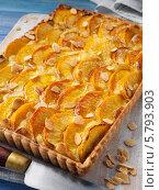 Купить «домашний пирог с персиками и миндалем», фото № 5793903, снято 22 февраля 2019 г. (c) Food And Drink Photos / Фотобанк Лори