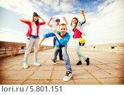 Купить «Уличные танцы. Друзья-тинейджеры танцуют», фото № 5801151, снято 20 июля 2013 г. (c) Syda Productions / Фотобанк Лори