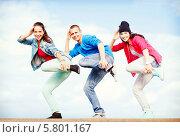 Купить «Трое тинейджеров синхронно выполняют танцевальные движения», фото № 5801167, снято 20 июля 2013 г. (c) Syda Productions / Фотобанк Лори