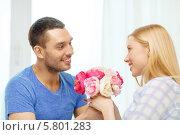 Купить «Муж дарит жене цветы дома», фото № 5801283, снято 9 февраля 2014 г. (c) Syda Productions / Фотобанк Лори