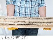 Купить «Рабочий держит в руках деревянные доски», фото № 5801311, снято 28 января 2014 г. (c) Syda Productions / Фотобанк Лори