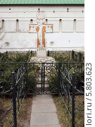 Купить «Поклонный крест у входа в Новоспасский монастырь», эксклюзивное фото № 5803623, снято 12 апреля 2014 г. (c) Александр Гаценко / Фотобанк Лори