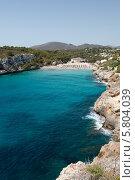 Скалистое побережье и пляж у лазурной воды (2013 год). Стоковое фото, фотограф Олег Прокофьев / Фотобанк Лори