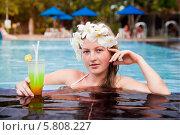 Девушка с коктейлем в бассейне (2013 год). Стоковое фото, фотограф Оксюта Виктор / Фотобанк Лори