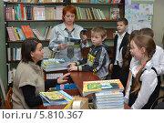 Купить «Дети в школьной библиотеке», эксклюзивное фото № 5810367, снято 20 января 2014 г. (c) Вячеслав Палес / Фотобанк Лори