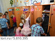 Купить «Дети в раздевалке детского сада», эксклюзивное фото № 5810395, снято 6 февраля 2014 г. (c) Вячеслав Палес / Фотобанк Лори