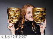Купить «Рыжеволосая девушка держит в руках две театральные маски», фото № 5813607, снято 20 октября 2013 г. (c) Elnur / Фотобанк Лори