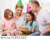 Купить «Семейный праздник. Родители с двумя детьми отмечают день рождения», фото № 5815523, снято 1 марта 2014 г. (c) Syda Productions / Фотобанк Лори