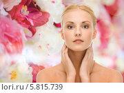 Купить «Молодая женщина с ухоженной кожей трогает лицо руками», фото № 5815739, снято 9 марта 2013 г. (c) Syda Productions / Фотобанк Лори