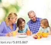 Купить «Дружная семья с двумя детьми завтракает», фото № 5815867, снято 1 марта 2014 г. (c) Syda Productions / Фотобанк Лори