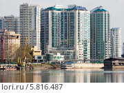 Купить «Современный жилой дом на берегу реки», фото № 5816487, снято 16 апреля 2014 г. (c) Алексей Букреев / Фотобанк Лори