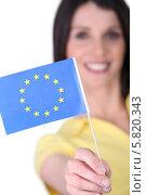 Купить «женщина показывает флаг Евросоюза», фото № 5820343, снято 26 марта 2010 г. (c) Phovoir Images / Фотобанк Лори