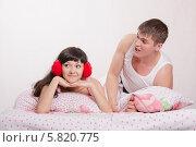 Муж кричит на жену в наушниках. Стоковое фото, фотограф Иванов Алексей / Фотобанк Лори