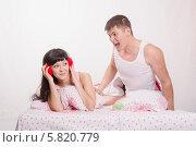 Парень сильно кричит на девушку в наушниках. Стоковое фото, фотограф Иванов Алексей / Фотобанк Лори