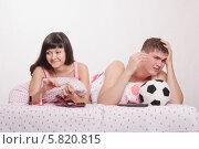 Купить «Муж расстроен от не забитого мяча, жена скептически улыбается», фото № 5820815, снято 23 марта 2014 г. (c) Иванов Алексей / Фотобанк Лори
