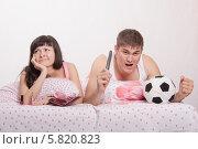 Купить «Муж отобрал пульт от телевизора и смотрит футбол», фото № 5820823, снято 23 марта 2014 г. (c) Иванов Алексей / Фотобанк Лори