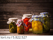 Купить «Огурцы, помидоры и перец в стеклянных банках», фото № 5822527, снято 5 апреля 2014 г. (c) Майя Крученкова / Фотобанк Лори