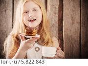Купить «Девочка с чашкой и тортом», фото № 5822843, снято 14 апреля 2014 г. (c) Майя Крученкова / Фотобанк Лори