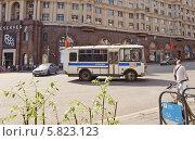 Купить «Полицейский автобус ПАЗ разворачивается на Тверской улице», эксклюзивное фото № 5823123, снято 9 мая 2013 г. (c) Алёшина Оксана / Фотобанк Лори