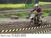 Купить «Соревнования по мотокроссу. Юные спорсмены», фото № 5825459, снято 26 мая 2013 г. (c) Алексей Крылов / Фотобанк Лори