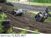 Купить «Соревнования по мотокроссу. Юные спорсмены. падение», фото № 5825467, снято 26 мая 2013 г. (c) Алексей Крылов / Фотобанк Лори