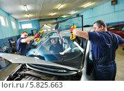 Купить «Два рабочих устанавливают стекло автомобиля», фото № 5825663, снято 9 апреля 2014 г. (c) Дмитрий Калиновский / Фотобанк Лори