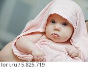 Купить «Маленький ребенок в розовом полотенце», фото № 5825719, снято 3 апреля 2014 г. (c) Дмитрий Калиновский / Фотобанк Лори