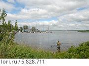Калининградский залив. Яхтенная гавань. Рыбак на берегу. Стоковое фото, фотограф Svet / Фотобанк Лори