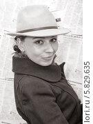 Купить «Милая девушка в стильной одежде смотрит в камеру, черно-белая фотография», фото № 5829635, снято 10 апреля 2014 г. (c) Кекяляйнен Андрей / Фотобанк Лори
