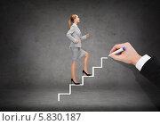 Купить «Энергичная женщина уверенно идет вверх по карьерной лестнице», фото № 5830187, снято 2 сентября 2019 г. (c) Syda Productions / Фотобанк Лори