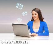 Обаятельная девушка проверяет электронную почту на компьютере. Стоковое фото, фотограф Syda Productions / Фотобанк Лори