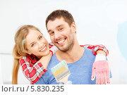 Купить «Муж и жена вместе делают ремонт в новом доме», фото № 5830235, снято 26 января 2014 г. (c) Syda Productions / Фотобанк Лори