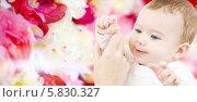 Купить «Очаровательный малыш на цветочном фоне», фото № 5830327, снято 22 декабря 2007 г. (c) Syda Productions / Фотобанк Лори