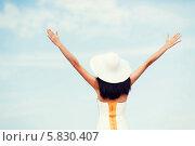 Купить «Девушка в белой шляпе стоит, раскинув руки в стороны, на фоне голубого неба», фото № 5830407, снято 4 июля 2013 г. (c) Syda Productions / Фотобанк Лори