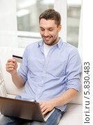 Купить «Мужчина с кредитной картой в руке собирается заказывает товары через интернет», фото № 5830483, снято 15 марта 2014 г. (c) Syda Productions / Фотобанк Лори