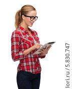 Купить «Девушка в очках и в клетчатой рубашке с планшетным компьютером в руках», фото № 5830747, снято 19 января 2014 г. (c) Syda Productions / Фотобанк Лори