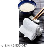 Купить «Палочки, рис и полотенца», фото № 5833047, снято 14 февраля 2014 г. (c) Наталия Кленова / Фотобанк Лори