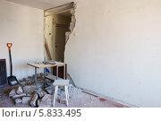 Купить «Демонтаж перегородки», фото № 5833495, снято 12 апреля 2014 г. (c) Юрий Бельмесов / Фотобанк Лори