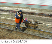 Купить «Ремонтник путей около станции Чехов Московской области», эксклюзивное фото № 5834107, снято 9 апреля 2014 г. (c) lana1501 / Фотобанк Лори
